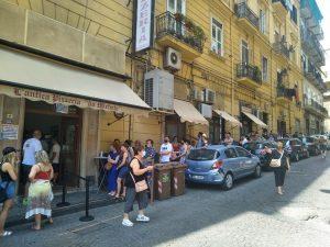 Anstehen für das Original: Pizzeria Da Michele in Neapel.