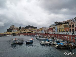 Auch bei Regen eine Augenweide: die Häuserzeile am Hafen in Ponza.
