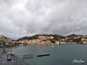 Der Hafen von Ponza wird leer im Herbst.