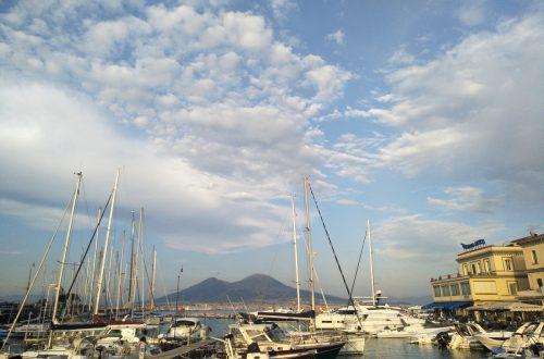 Blick auf Vesuv vom Hafen.