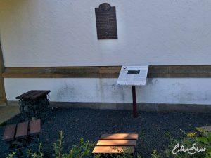 Meditationsecke an der evangelischen Kirche in Niederhosenbach.