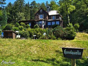 Jagdhaus Haselruhe direkt an der Haselquelle.