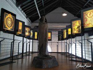 Guter Abschluss des Binger Hildegardweges: Installation der Miniaturen aus der Scivias im Museum am Strom in Bingen.