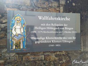 Das Ende der Pilgerreise: Schild an der Wallfahrtskirche St. Hildegard in Rüdesheim-Eibingen.