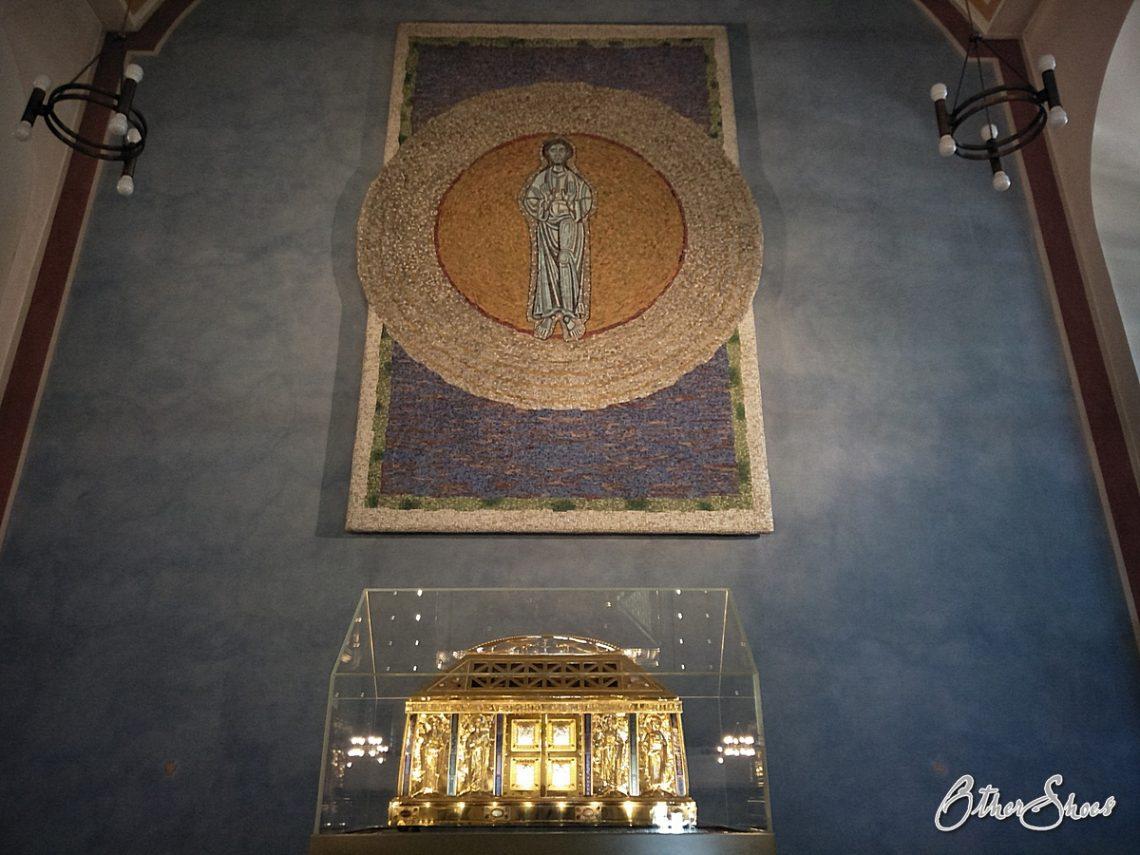 Schrein mit dem Reliquiar der Heiligen Hildegard.
