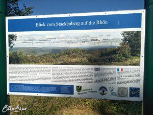 Schild mit allen Kuppen am Aussichtspunkt Stackenberg.