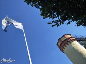 Fahne und Wartturm vor Bad Orb.