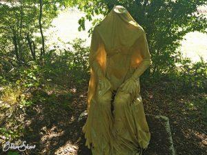"""Skulptur an der Alten Hohenzeller Straße: """"Die Namenlose""""."""