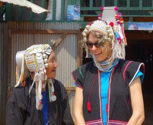 Mit einer Akha-Frau im Shan-Staat in Myanmar. Die Damen tragen ihre Ersparnisse auf dem Kopf!