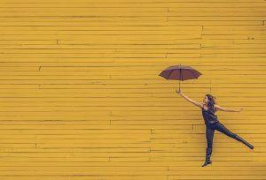 Hüpfende Frau mit Schirm. Bild von Pexels auf Pixabay