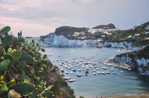 Blick auf Cala Feola auf Ponza.