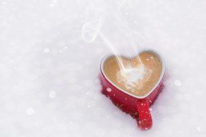 Dampfender Kaffee im eisigen Schnee. Bild: Jill Wellington from Pixabay