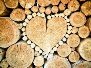 Herz in einem Holzstapel. Bild: TheUjulala from Pixabay