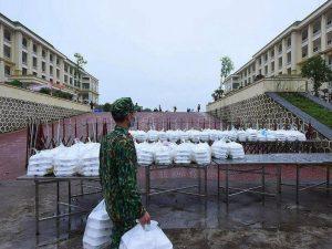 Essensverteilung in einem Armee-Camp in Vietnam. Quelle: VNExpress