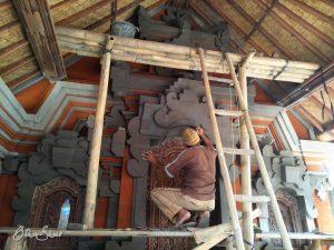 Bauarbeiten mit Kreissäge und Spatel