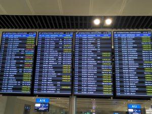 """Anzeigetafel am Flughafen, 20.3.2020: Gelb steht für """"cancelled""""."""