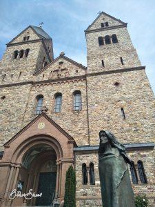 Klein, aber oho: Die heiligen Hildegard vor der Abteikirche in Eibingen.