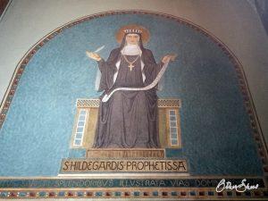 Fresko mit der heiligen Hildegard.