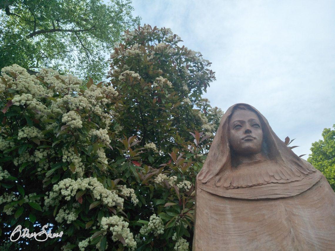Hildegard von Bingen. Skulptur in Eibingen. Foto: Simone Viel