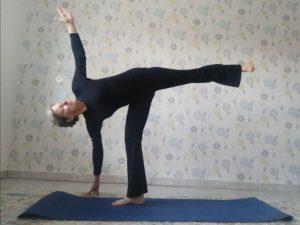 """Yoga-Asana """"Halbmond""""."""